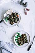 Algen-Spinat-Salat mit Knoblauch