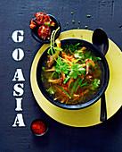 Asiatische Gemüsesuppe mit Austernpilzen und Speck