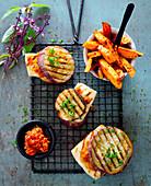 Gegrillter Halloumi mit Auberginen und Süsskartoffel-Pommes