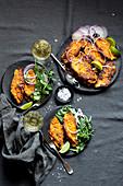 Gebratener Fisch auf indische Art serviert mit Weißwein