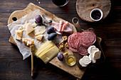 Käse- und Wurstplatte mit Honig, Nüssen und Zwetschgen zum Wein