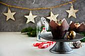 Weihnachtliche Cupcakes mit Frischkäsecreme und Zuckerperlen