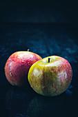 Zwei äpfel frishch gewaschen