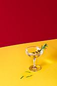 Martini mit Oliven und Rosmarinzweig