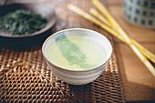 Grüner Tee in Teeschale