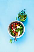 Caprese-Salat und Zutaten