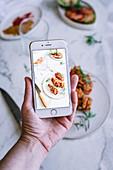 Handyfoto von frittiertem Hähnchen mit Gewürzen und Tomaten