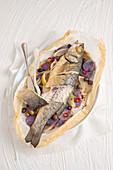 Wolfsbarsch mit Fenchel und blauen Kartoffeln en papillote