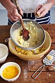 Gnocchi selbermachen: Gekochte Kartoffeln durch Sieb passieren