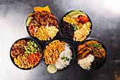 Fünf verschiedene lateinamerikanische Bowls (Aufsicht)