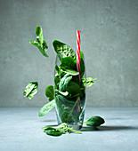 Spinat im Glas mit Strohhalm