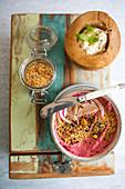 Rote-Bete-Hummus mit Kümmel und roter Zwiebel