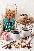 Lebkuchenplätzchen und Walnüsse zum Kaffee in Emailletassen (Weihnachten)