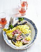 Sizilianischer Safran-Couscous mit Rotbarbe und Sardine
