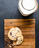 Brown Butter Chocolatechip Cookies und Milchflasche
