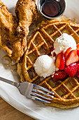 Big Bad Breakfast: Waffel mit Erdbeeren und Sirup dazu frittierte Hühnerteile (USA)