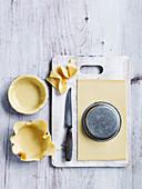 Lamm-Pilz-Pastetchen zubereiten, Teig in Förmchen geben