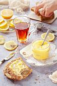 Lemon Curd als süßer Brotaufstrich zur Tasse Tee