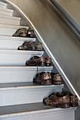 Alte Herrenschuhe auf Treppenstufen