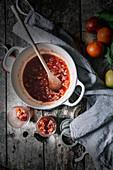 Blutorangenkonfitüre in Kochtopf und Schraubgläsern