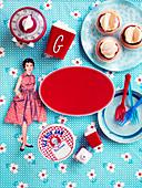 Papierpuppe und nostalgisches Küchenzubehör um rotes Etikett
