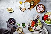 Lunch Bowl mit Couscous, Karotten, Zwiebeln, Radieschen und Avocado