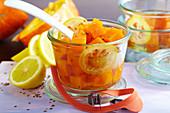 Eingelegtes Kürbiskompott in Würfeln mit Anissamen und Zitrone im Weckglas