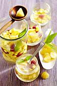Ananasbowle mit Himbeeren und Ananas-Eiswürfeln
