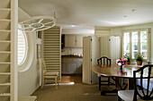Essbereich und durch Paravent abgetrennte Küche in historischer Villa