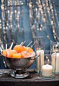 Campari-Grapefruit-Popsicles serviert in Metallschale