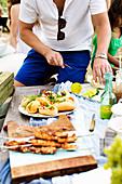 Picknick mit Spießen, Sandwiches und Getränken