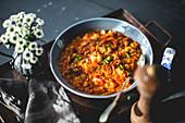 Eintopf mit Kichererbsen, Bohnen und Tomaten (Italien)