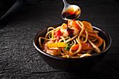 Nudeln mit Garnelen, Gemüse und Sojasauce (Asien)