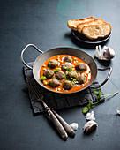 Spinat-Kichererbsen-Falafel in Tomatensauce (vegan)