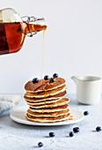 Pancakes mit Ahornsirup begiessen