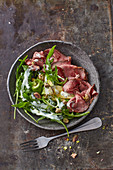 Rocket and roast beef salad with avocado and pistachio nuts