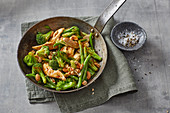 Green power pan: beans and broccoli with chicken and cashew nuts