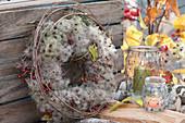 Herbstkranz aus Clematis-Fruchtständen und Hagebutten