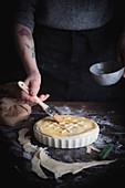 Pie mit karamellisierten Zwiebeln und Pilzen (ungebacken), mit Ei bestreichen