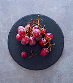 Rote Weintrauben auf Steinteller