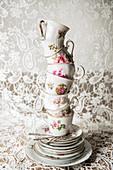 Nostalgische Tassen und Teller mit Blumenmmotiv im Stapel