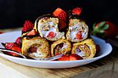 French Toast Röllchen gefüllt mit Frischkäse und Erdbeeren