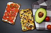 Zwei belegte Brote: Tomatenbrot und Pilzbrot
