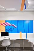 Grafische Tisch- und Wandgestaltung für ein Büro, abgehängte Decke in Wolkenform, HARU Gallery, London