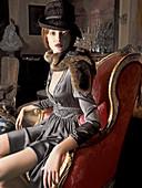 Junge rothaarige Frau in Abendkleid und mit Pelzschaal in wohnlichem Ambiente