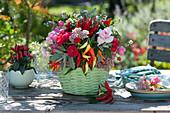 Gesteck aus Chili, Rosen, Salbei, Fetthenne und Steinquendel