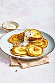 Apfelpfannkuchen mit Quarkcreme und Zuckerperlen
