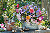 Gesteck aus Herbstastern und Rosen,  Narzissen - Zwiebeln