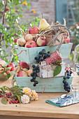 Erntedank Dekoration mit Obst und Ähren in Holzkisten