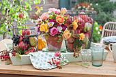 Erntedank Dekoration mit Äpfeln, Birnen Weintrauben und Blumenstrauß